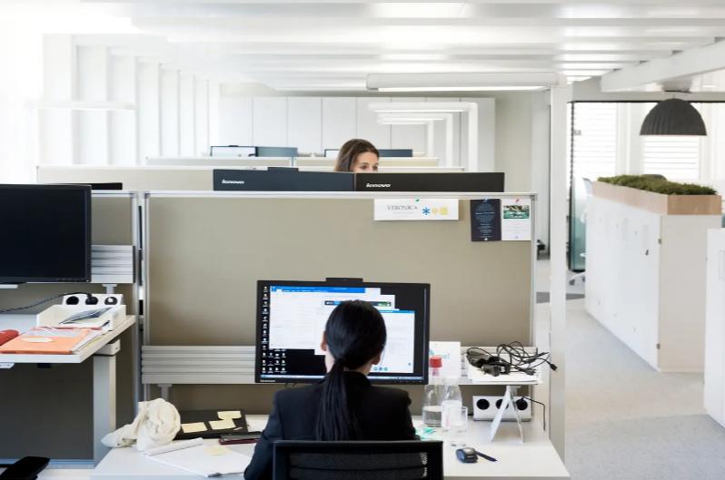 Ende der Home-Office-Pflicht: Immer mehr Firmen testen ihre Mitarbeiter im Büro auf Corona – wie geht das?