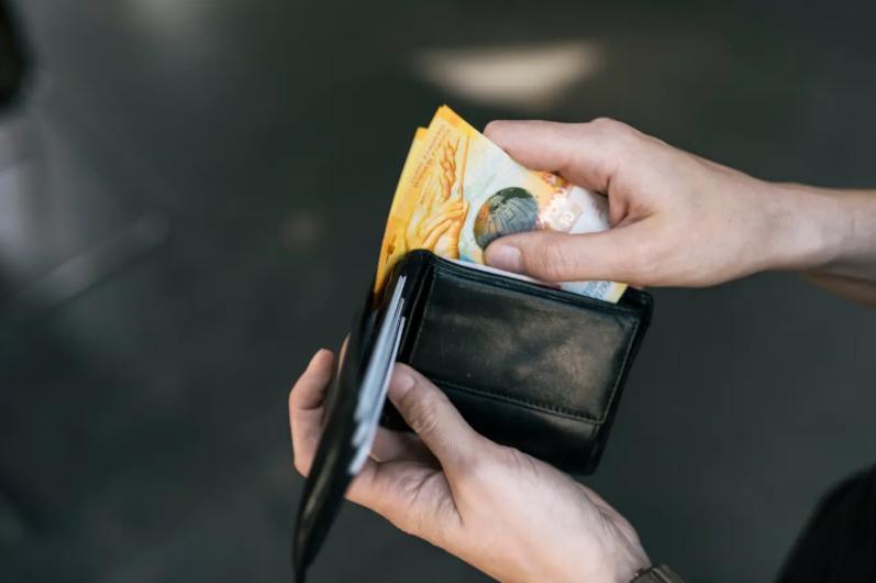 Eine Umfrage der Nationalbank zeigt: Das Bargeld verliert in der Schweiz markant an BedeutungEine Umfrage der Nationalbank zeigt: Das Bargeld verliert in der Schweiz markant an Bedeutung