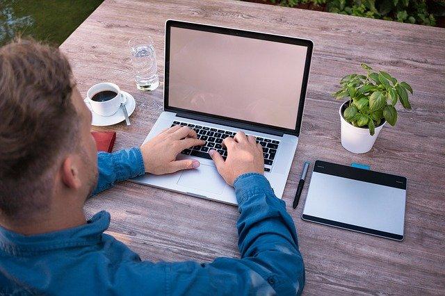 Streit um Arbeitszeitregeln: Nachtessen zu Hause, die Kinder ins Bett bringen und dann noch zwei Stunden Home-Office – soll das künftig leichter möglich sein?